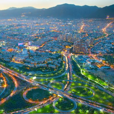 flygbild över stad på natten.