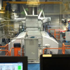 En bild av en wärtsilä 31-motor i ett testlaboratorium. Motorn är väldigt stor.