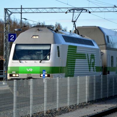 VR tåg av Intercitytypen vid perrongen på Bennäs tågstation i Pedersöre