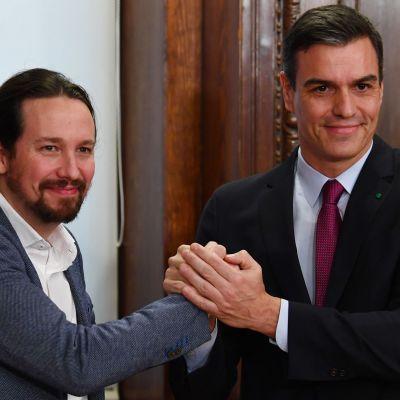 Podemos ledare Pablo Iglesias och PSOE:s ledare Pedro Sánchez 30.12.2019
