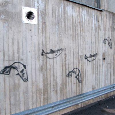 Kuva voimalaitoksen seinään piirretystä kuvasta.