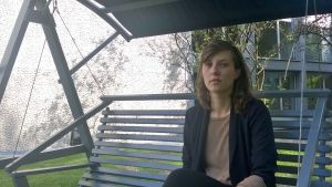 regissören Susanne Kennedy på festivalens gård.