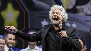 Den italienska politikern Beppe Grillo vid ett valmöte