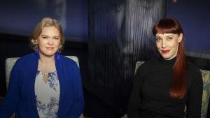 Lukutaitotutkija Kaisa Leino ja runoilija Aura Nurmi Mediapoliksen studiossa.