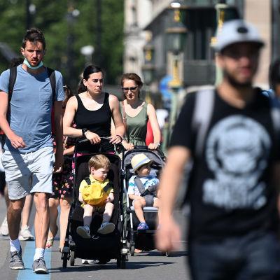 Ihmiset ylittävät Westminster Bridgen.