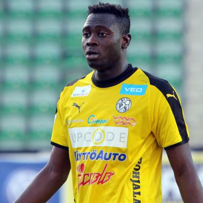 VPS anfallare Ibrahima Gueye i en gul spelskjorta.