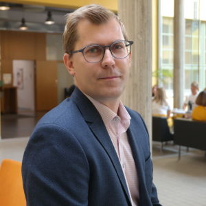 Akademilektor Jonas Lagerström i ASA-husets aula vid Åbo Akademi