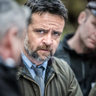 Rikosylikomisario Tom Mathias ratkoo rikoksia pienessä yliopistokaupungissa Walesin rannikolla.