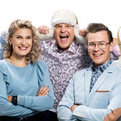 Mika Poutala, Laura Arffman, Kalle Palander, Riku Salminen ja Sami Jauhojärvi iloisissa ja hassuttelevissa tunnelmissa karvalakit päässään.