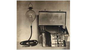 Fotografi av en bärbar apparat från 1900-talets början för att injicera saltlösning i kolerpatienter