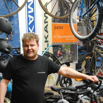 En person står vid en rad cyklar.