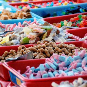 Irtokarkkilaareja, joissa erilaisia karkkeja.