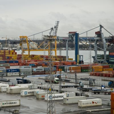 Västra hamnen på Busholmen full av containrar och lasttrafik, i bakgrunden Drumsö.