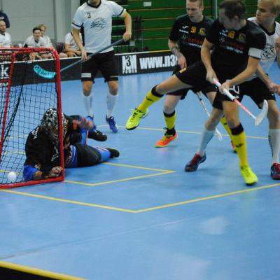 Några spelare är nära mål och bollen går förbi målet.