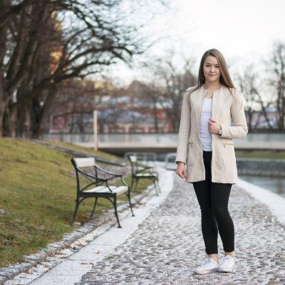 Frida Sigfirds i Borgå står vid åstranden