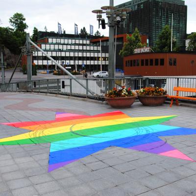 En sjärna på teaternbron har målats i regnbågens färger. Någon har dragit bromsspår i cirklar över den.