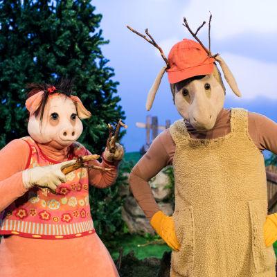 Isa Gris och Bärtil leker vargflickan och älgen.