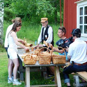 Catherine Henriksson och Carl Fohlin får en snabbkurs i näverslöjd av Daniel Hjortman
