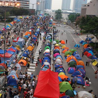 Många tält på Hongkongs gator.
