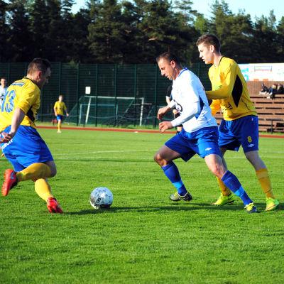 HIK:s Henri Satomaa och Andreas Puno och LoPas Mehdi Kuqi.