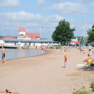 Knipans strand i Ekenäs en vacker dag i juli.