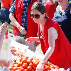 Catherine Henriksson försöker sälja tomater på Tomatkarnevalen i Närpes