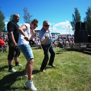 Jontti Granbacka och Lasse Eriksson rockar loss till tonerna av Närpes skolmusikkår.