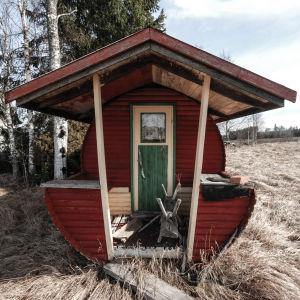 Tunnbastu från 1970-talet utanför övergivet hus som stått öde sedan ungefär 50-talet