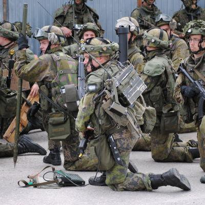 Bild på finländska beväringar i stridsutrustning.