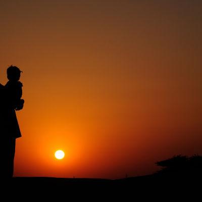 Mor i solnedgång