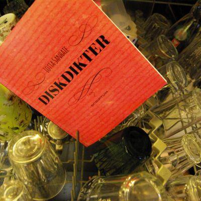 "Lotta Sanhaies diktsamling ""Diskdikter"" i diskmaskinen."