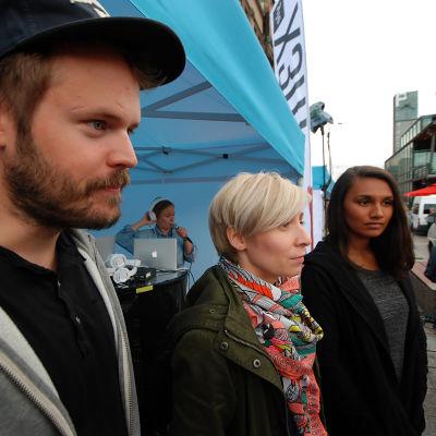 Dan Granqvist, Rakel Liekki och Susani Susani Mahadura väntar på att stängas in i containern.