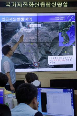 Experter vid Sydkoreas jordskalvsinstitut i Seoul studerar kartor över området där det konstgjorda skalvet ägde rum