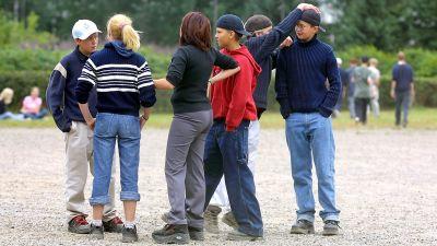 Elever som står ute på skolgården