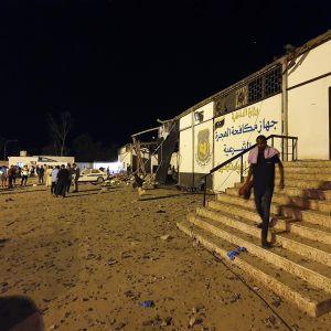Människor samlades utanför interneringslägret för migranter i Tajoura efter att förläggningen bombats sent på tisdag kväll.