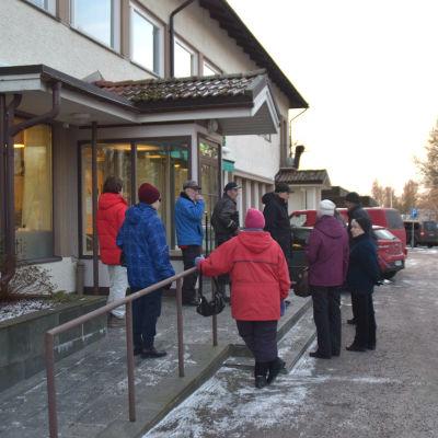 Ingåbor köar utanför Aktias bankkontor.