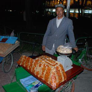 En man säljer en speciell uigurkaka