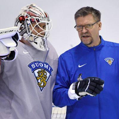 Kevin Lankinen och Jukka Jalonen i samspråk.