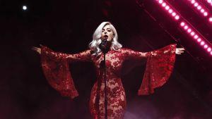 Bebe Rexha uppträder på en MTV-gala.