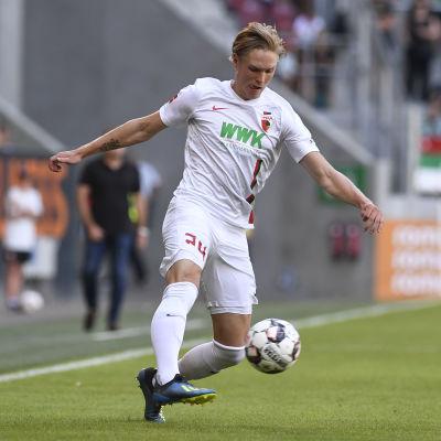 Fredrik Jensen i farten mot Mikel Balenziaga.