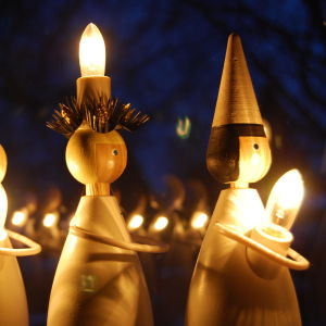 Luciaprydnader i trä. En stjärngosse, Lucia och två tärnor.