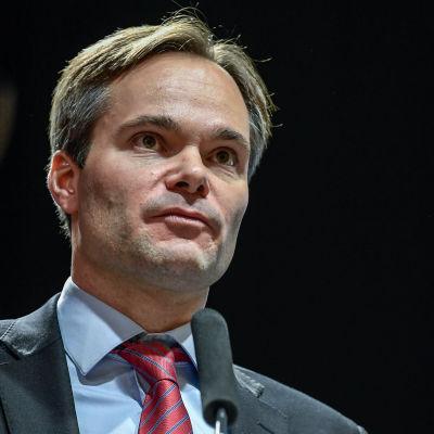 Kai Mykkänen från Samlingspartiet håller tal.