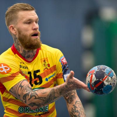Cocks Teemu Tamminen trixar med bollen inför ligamatchen mot Dicken hösten 2018.