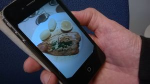 Kännykkä applikaatio muistuttaa ruoka-ajasta