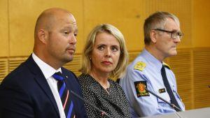 Norges justitieminister Anders Anundsen, chef för PST Benedicte Bjørnland och rikspolischef Vidar Refvik under förmiddagens presskonferens i Oslo.