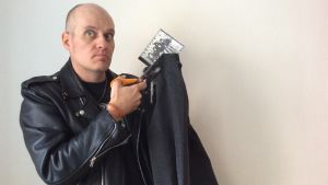 Lasse Grönroos klipper sina jeans som Ramones