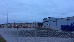 Räddningsfordon står utanför Mirkas fabrik i Karis.