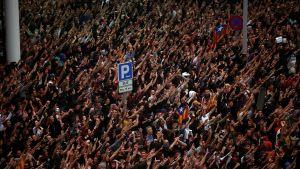 Tusentals demonstranter protesterade mot högsta domstolens dom på den internationella flygplatsen El Prat i Barcelona