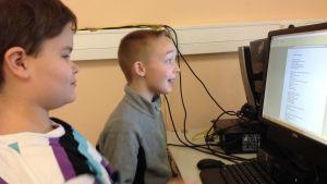 Eleverna Thomas Kaunisto och Onni Borg jobbar vid en dator i Fiskarin koulu.