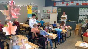 Skolgångsbiträde hjälper till i klassen